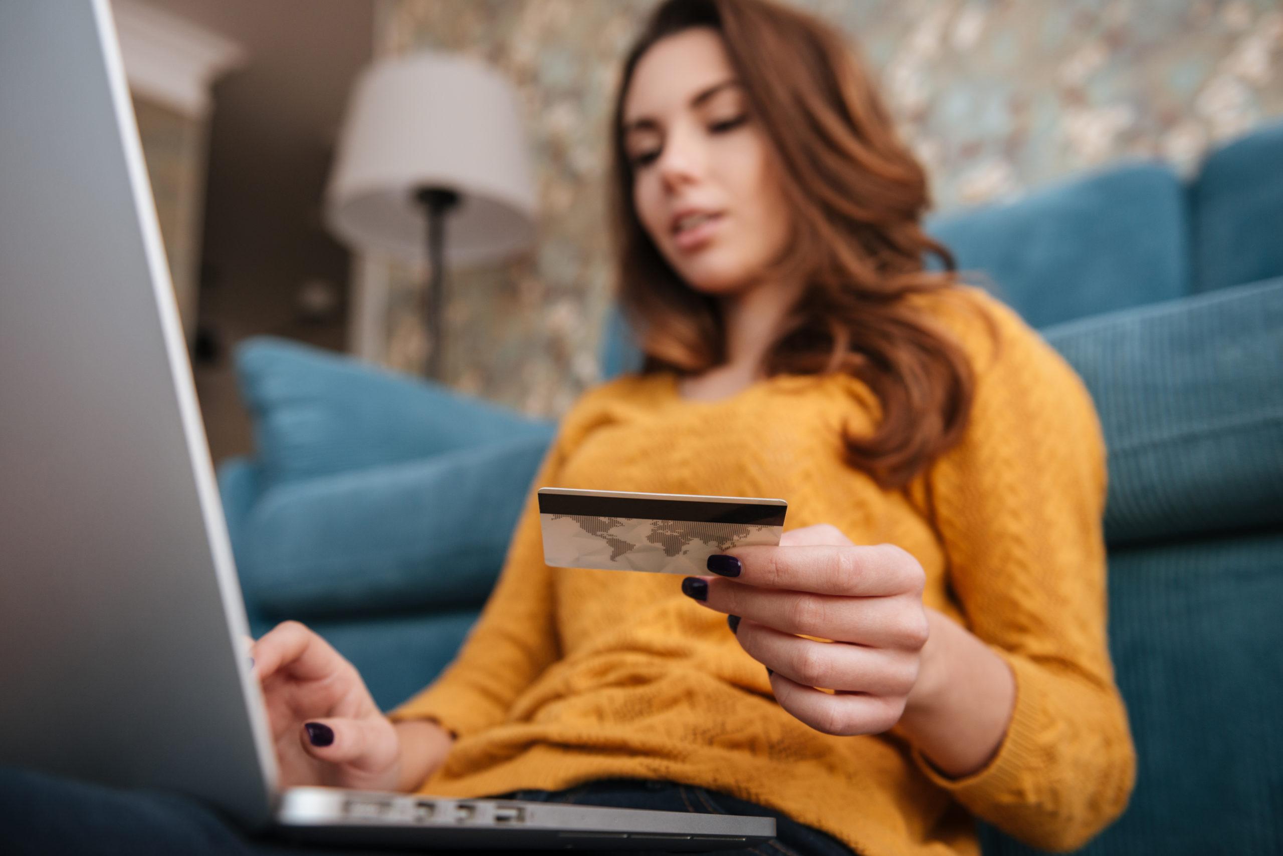 Jeune femme effectuant un paiement en ligne